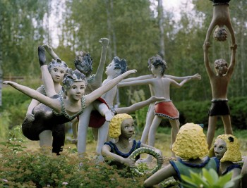 Dreams of childhood: the dozens of children in Veijo Rönkkönen's park were all created over the past few years. They play, run, dance and fight like a tribe of small, colourful gymnasts. - Photo: Veli Granö.