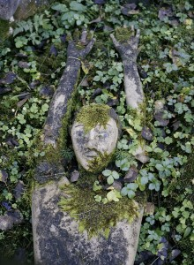 Nature conquers cement: moss gently creeps over the faces and bodies of the sculptures – nothing is eternal, art is as evanescent as its creators. – Photo: Veli Granö.