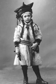 From North to South: young Heikki Soriola dressed in Lapp clothes, on his way to represent Utsjoki in Helsinki, in 1912. Photo from Saamelaiset suomalaiset