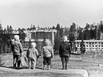 Suburban idyll? Children looking over the newly-built Maunula in Helsinki. Photo: Hulkkonen, 1957–58
